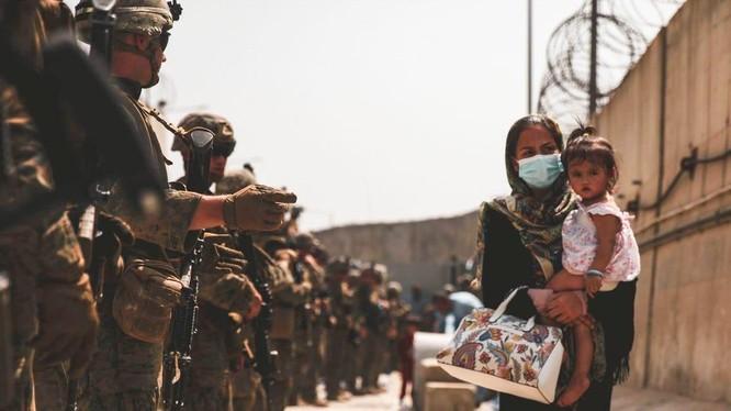 Người Afghanistan phải trải qua hành trình đầy gian khổ mới có thể được sơ tán (Ảnh: Business Insider)
