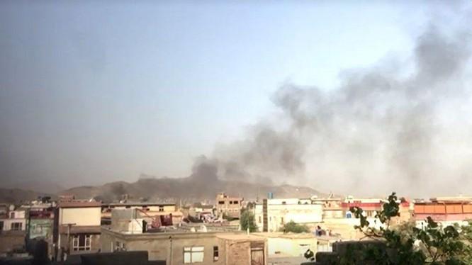 Cột khói đen bốc lên sau một vụ nổ lớn ở thủ đô Kabul (Ảnh: Reuters)