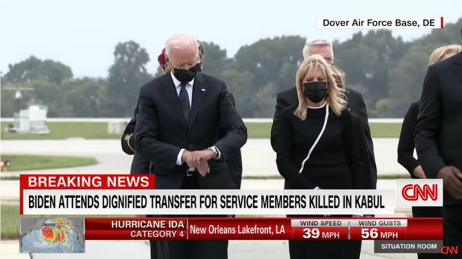 Tổng thống Biden bị bắt gặp đang xem đồng hồ trong buổi lễ hồi hương thi thể binh sĩ Mỹ (Ảnh: CNN)
