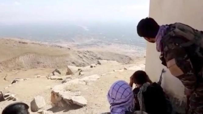 Các thành viên của NRF quan sát thung lũng Panjshir từ một ngôi nhà (Ảnh: Reuters)