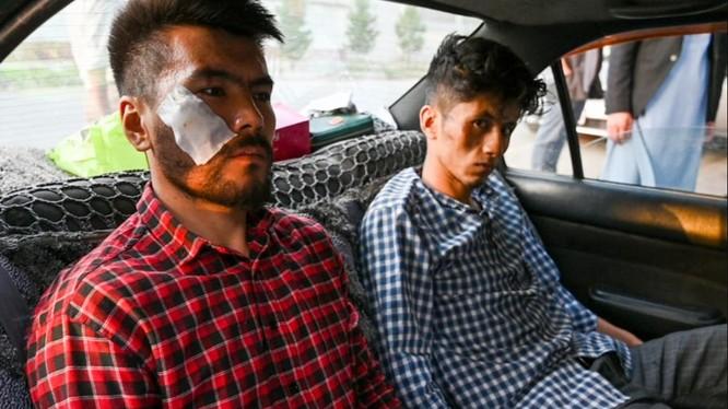 2 phóng viên Nematullah Naqdi và Taqi Daryabi đến văn phòng sau khi được Taliban trả tự do (Ảnh: AFP)