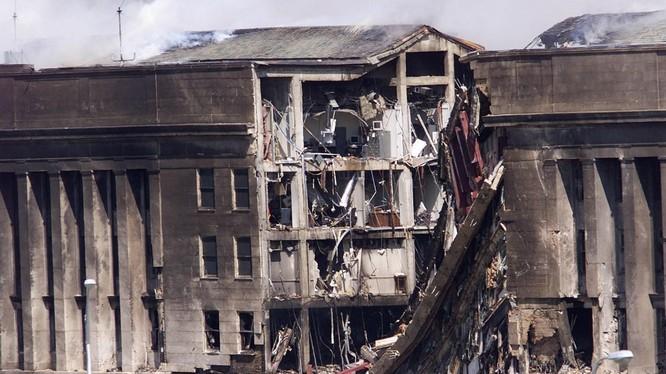 Một phần của Lầu Năm Góc, sau khi bị một chiếc máy bay đâm vào, ngày 11/9/2001 (Ảnh: AFP)