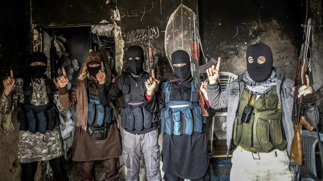 Các tay súng bịt mặt mang nhiều quốc tịch khác nhau của al-Qaeda (Ảnh: Sputnik)