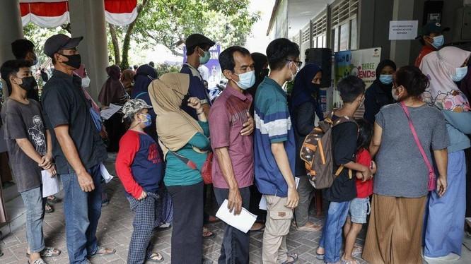 Người dân Indonesia xếp hàng chờ tiêm vaccine ngừa COVID-19 (Ảnh: EPA)