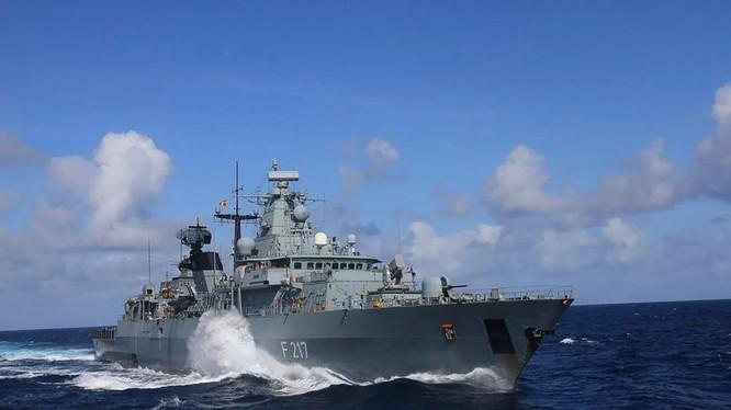 Tàu Bayern của Đức bị từ chối cho cập cảng Thượng Hải (Ảnh: Twitter)