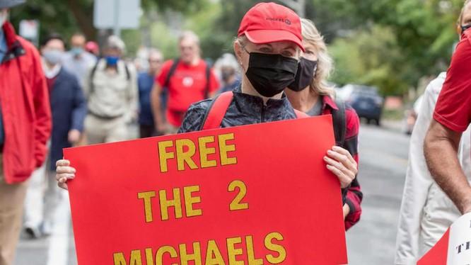 Những người tuần hành kêu gọi trả tự do cho 2 công dân Canada bị bắt giam tại Trung Quốc (Ảnh: AFP)