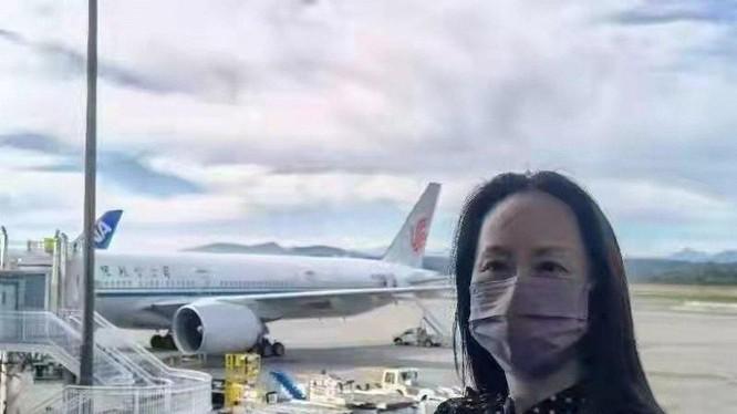 Bà Mạnh Vãn Chu khi chuẩn bị lên máy bay rời Canada hôm 24/9 (Ảnh: Twitter)