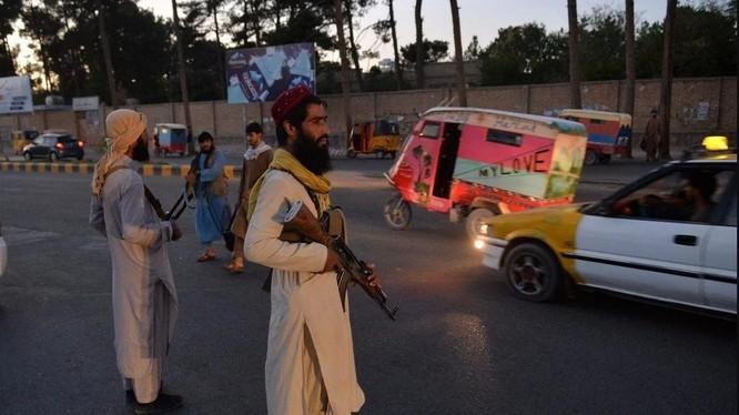 Các tay súng của Taliban đứng canh gác ở một góc đường, thành phố Herat, Afghanistan (Ảnh: AFP)