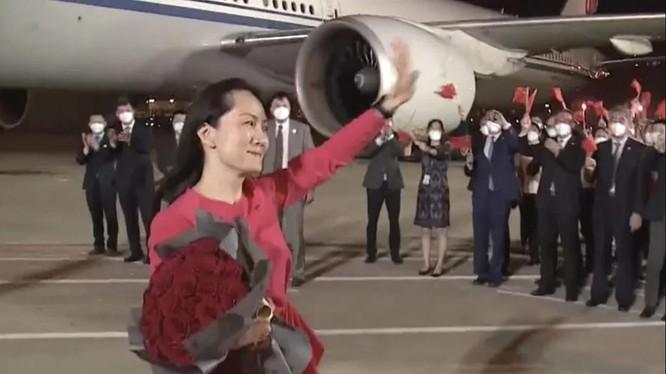 Bà Mạnh Vãn Chu được chào đón nồng nhiệt ở sân bay quốc tế Thâm Quyến (Ảnh: CCTV)
