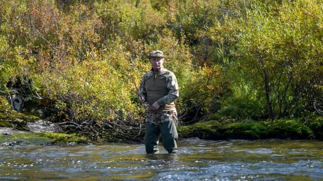 Tổng thống Putin đi câu cá ở Siberia sau khoảng thời gian tự cách ly (Ảnh: Reuters)