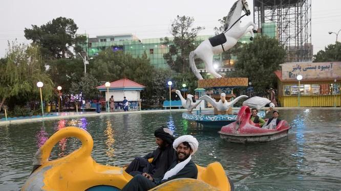 Các thành viên Taliban đi đạp vịt trong công viên giải trí ở tỉnh Herat, Afghanistan (Ảnh: Reuters).