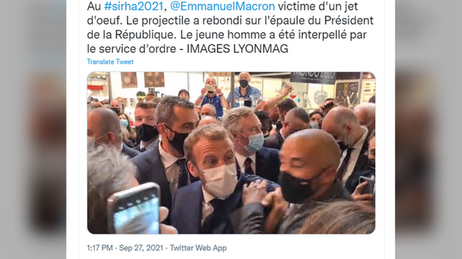 Tổng thống Pháp Emmanuel Macron bị ném vật thể lạ vào người tại một hội chợ ở Lyon (Ảnh: RT)