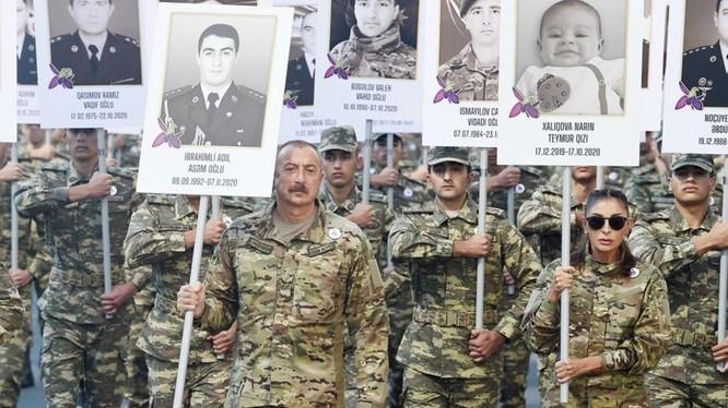 Tổng thống Ilham Aliyev, Đệ nhất phu nhân Mehriban Aliyeva tham gia cuộc diễu hành, ngày 27/9
