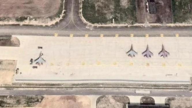 Chiến đấu cơ J-16D (thứ ba tính từ phải) tại căn cứ không quân Xiangtang, Giang Tây (Ảnh: Kanwa)