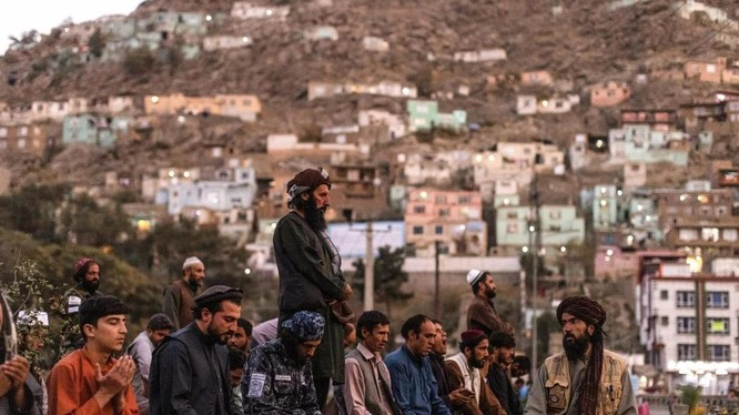 Các thành viên của Taliban tại thủ đô Kabul, Afghanistan ngày 9/10 (Ảnh: Reuters)