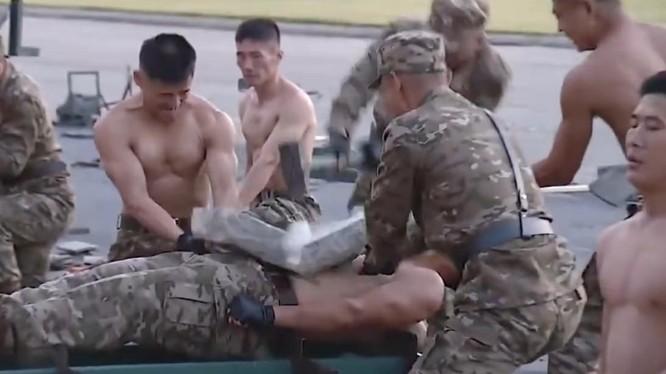 Một cảnh trong đoạn clip phô diễn sức mạnh cơ bắp của binh sĩ Triều Tiên (Ảnh: KCNA)