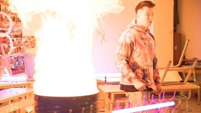 MV của nhóm rapper có cảnh đốt sách giáo khoa. (Ảnh cắt từ clip)