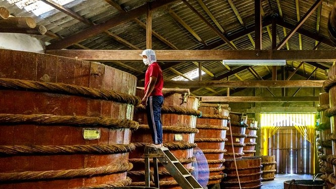 Sản xuất nước mắm theo phương pháp lên men truyền thống tại đảo Phú Quốc. Ảnh: Internet