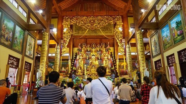 Đề nghị Bộ Nội vụ, Trung ương Giáo hội Phật giáo Việt Nam tăng cường tuyên truyền các giá trị đích thực của tôn giáo tín ngưỡng và nghi lễ truyền thống cho Phật tử, du khách. Ảnh: Internet