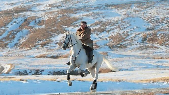 Hình ảnh ông Kim Jong- un cưỡi ngựa trắng trên núi Paektu được KCNA đăng tải