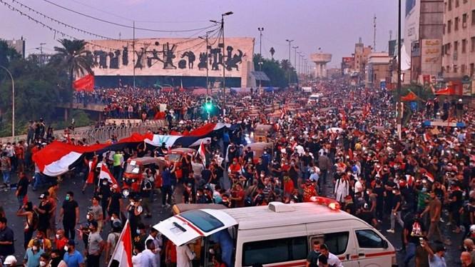 Người biểu tình đụng độ với lực lượng an ninh ở thành phố Kerbala (ảnh Reuters)