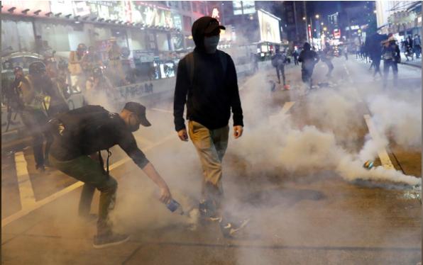 Người biểu tình Hồng Kông tràn xuống đường phố trong ngày lễ Halloween