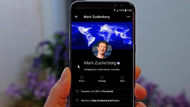 Chế độ nền tối trên Facebook đang được thử nghiệm trên một số thiết bị iOS. Ảnh: YouTube