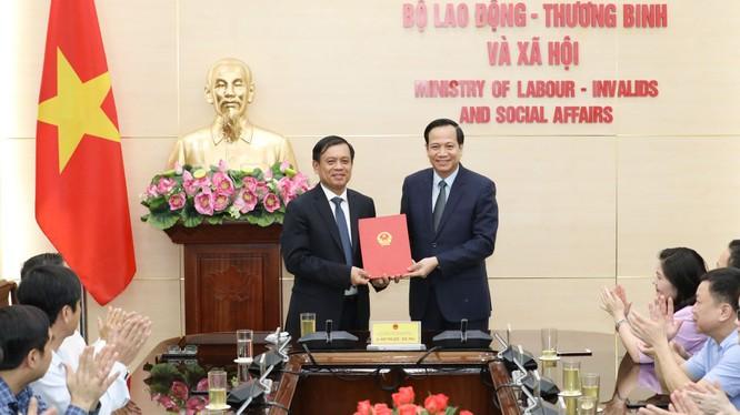 Bộ trưởng Bộ LĐTB&XH Đào Ngọc Dung (phải) trao Quyết định bổ nhiệm cho ông Nguyễn Bá Hoan (trái). Ảnh VGP.