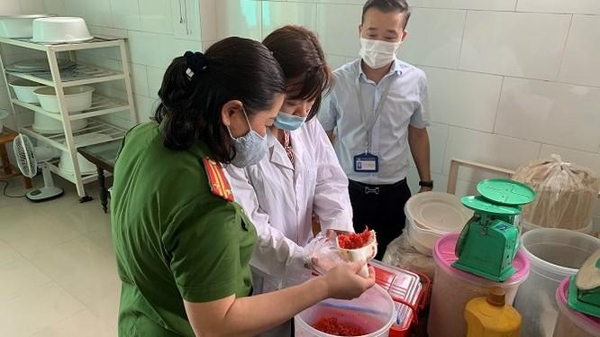 Đoàn kiểm tra làm việc tại cơ sở sản xuất bánh Trung thu Bà Dần. Ảnh: Sở Y tế Hà Nội