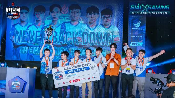 Never Back Down nâng cao chiếc cúp vô địch bộ môn LMHT: Tốc Chiến. Nguồn: VIRESA