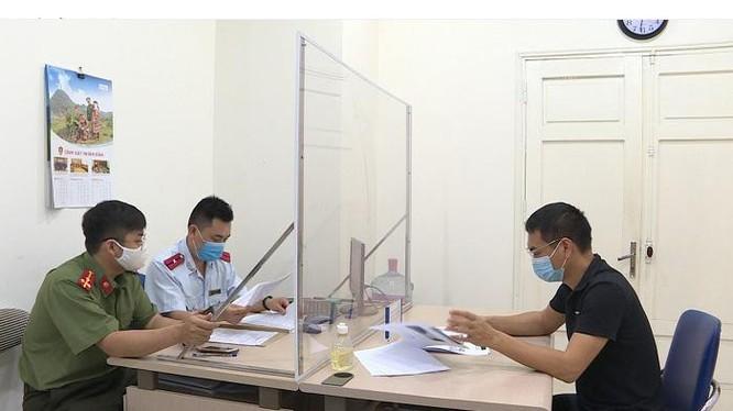 Cơ quan chức năng làm việc với Trần Văn Duy. Ảnh: Sở TT&TT Hà Nội.