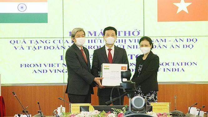 Bộ trưởng Nguyễn Mạnh Hùng trao tặng 100 máy thở cho nhân dân Ấn Độ. Ảnh: mic.gov.vn