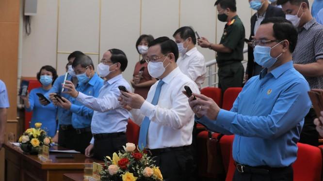 Các đại biểu tham gia nhắn tin ủng hộ tại Lễ phát động. Ảnh: Bộ TT&TT.