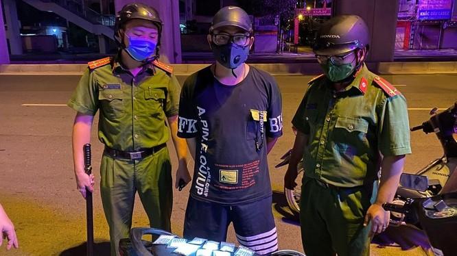 Xử phạt trường hợp giao thuốc lá trong đêm tại quận Hà Đông. Ảnh: Công an Hà Nội.
