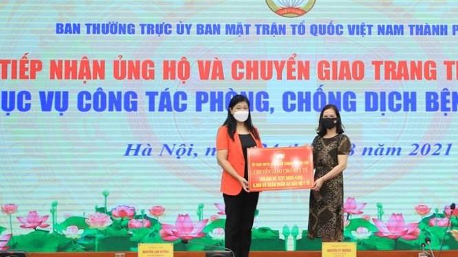 Chủ tịch Ủy ban MTTQ Việt Nam Thành phố Nguyễn Lan Hương chuyển giao trang thiết bị y tế cho Sở Y tế Hà Nội. Ảnh: Cổng TTĐT Hà Nội.
