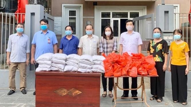Trao quà hỗ trợ người dân có hoàn cảnh khó khăn. Ảnh: Sở Lao động - Thương binh và Xã hội Hà Nội.