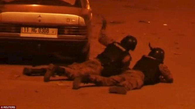 Lực lượng an ninh phục kích bên ngoài khách sạn Splendid.