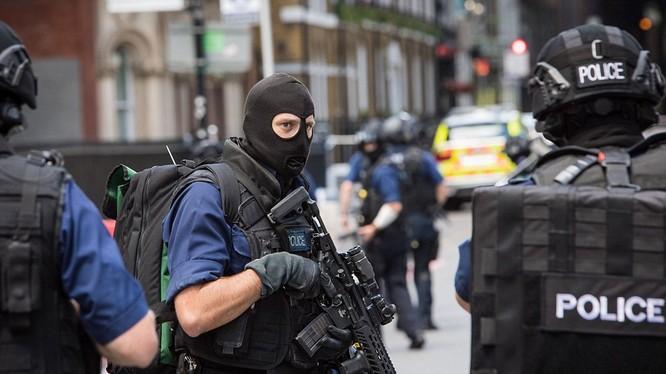 Các cảnh sát đang có mặt tại hiện trường và quyết định tiến hành một cuộc điều tra lớn sau vụ khủng bố lần thứ 3 trên đất Anh