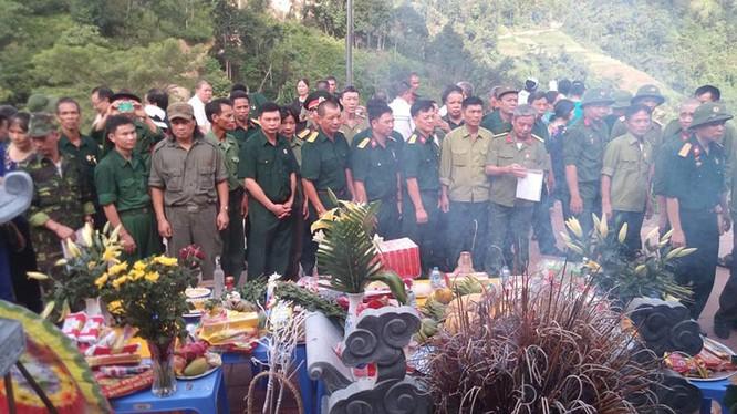 CCB mặt trận Vị Xuyên thắp hương tưởng niệm đồng đội trong ngày giỗ trận Sư đoàn 356, ngày 12-7.