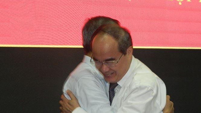 Bí thư Thành ủy TPHCM Nguyễn Thiện Nhân và ông Lê Văn Khoa trong khoảnh khắc HĐND TPHCM biểu quyết miễn nhiệm