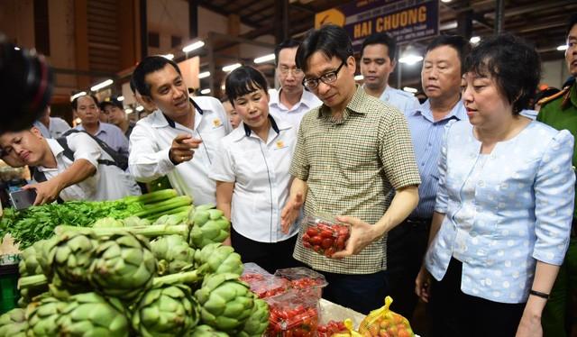 Phó thủ tướng Vũ Đức Đam ghé vựa bán cà chua, atiso (Ảnh: Quang Định)