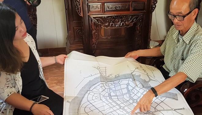 Ông Võ Viết Thanh trưng ra các tấm bản đồ (Ảnh Zing.vn)