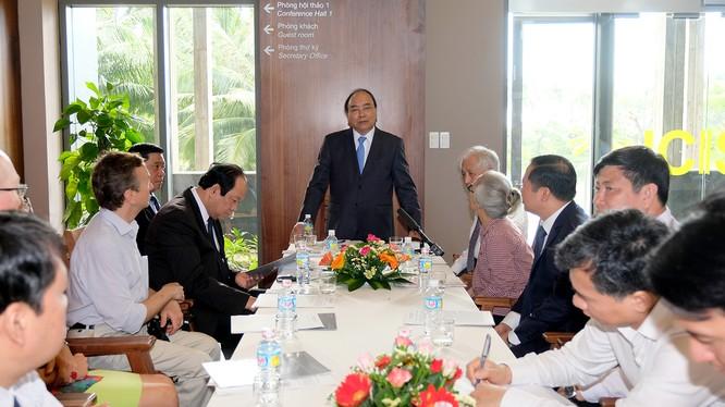 Thủ tướng làm việc với các nhà khoa học tại Trung tâm ICISE (Ảnh: VGP)
