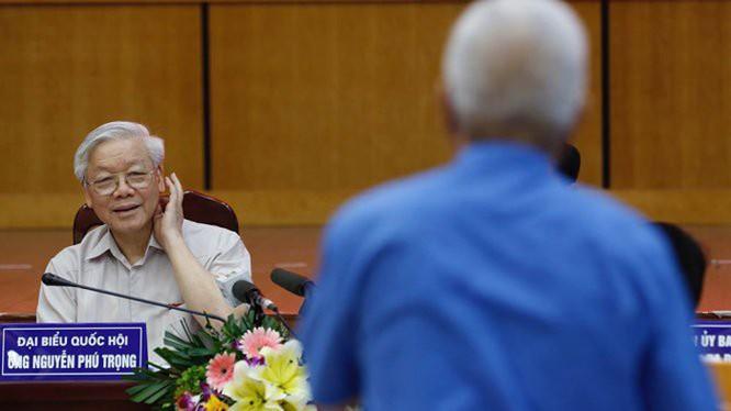 Tổng bí thư, đại biểu Quốc hội Nguyễn Phú Trọng lắng nghe ý kiến cử tri trong một cuộc tiếp xúc (Ảnh Việt Dũng)
