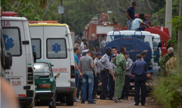 Các lực lượng khẩn cấp của Cuba tại hiện trường vụ tai nạn (Ảnh AFP)