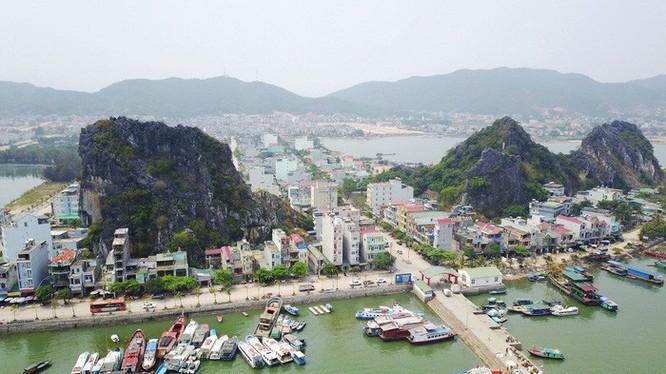Khu vực cảng Cái Rồng, Vân Đồn, Quảng Ninh, nơi đây sẽ có các dự án khu đô thị thông minh, hiện đại xây dựng sát bên bờ cảng, nhìn ra biển (Ảnh Tuổi trẻ)