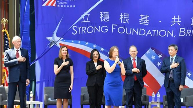 Các quan chức Đài Loan và Mỹ tại Lế khánh thành trụ sở AIT.