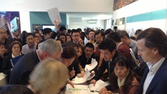 Cảnh người Trung Quốc đăng ký mua nhà tại một cuộc bán đấu giá nhà ở Australia.