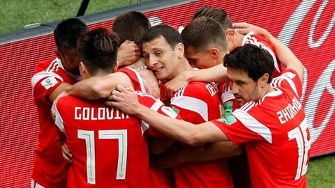 Các cầu thủ Nga ăn mững bàn thắng đầu tiên ghi được vào lưới Arabia Saudi