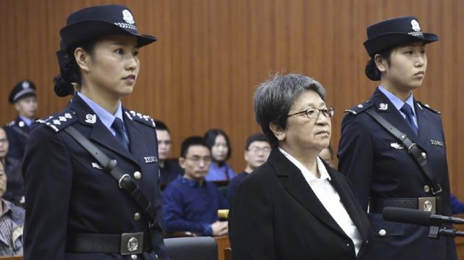 Dương Tú Châu bị đưa ra xét xử.
